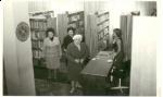 Wypożyczalnia Oddziału dla Czytelników Dorosłych w 1984 r.