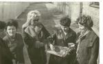 Moment przekazania kluczy do zamku i pomieszczeń Biblioteki (marzec 1974 rok). Na zdjęciu od lewej strony: Jan Tyborczyk, Barbara Wańkowska, Aniela Iwanowska, Halina Witkowska, Maria Szczerbińska