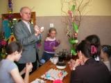 Wójt gminy Trzebielino  Tomasz Czechowski z dziećmi maluje pisanki metodą batikową.