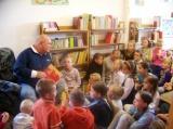 Rudi Szubert czyta dzieciom bajki w Bibliotece