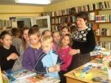 Pracownica Filii z młodymi czytelnikami